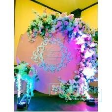 Круглая фотозона на свадьбу с цветами