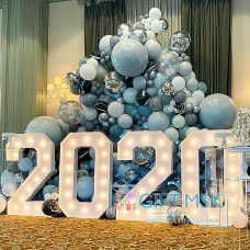 Новогодняя фотозона из шаров с цифрами