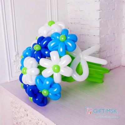Букет из белых, синих и голубых ромашек